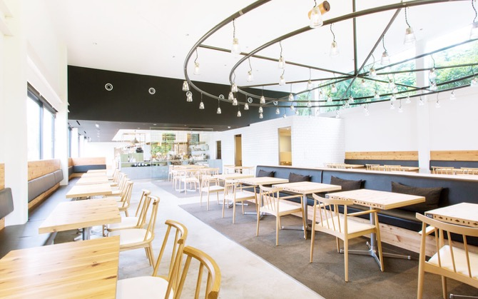 高い天井と広々した店内はどの席でもベビーカーごと入れる空間です